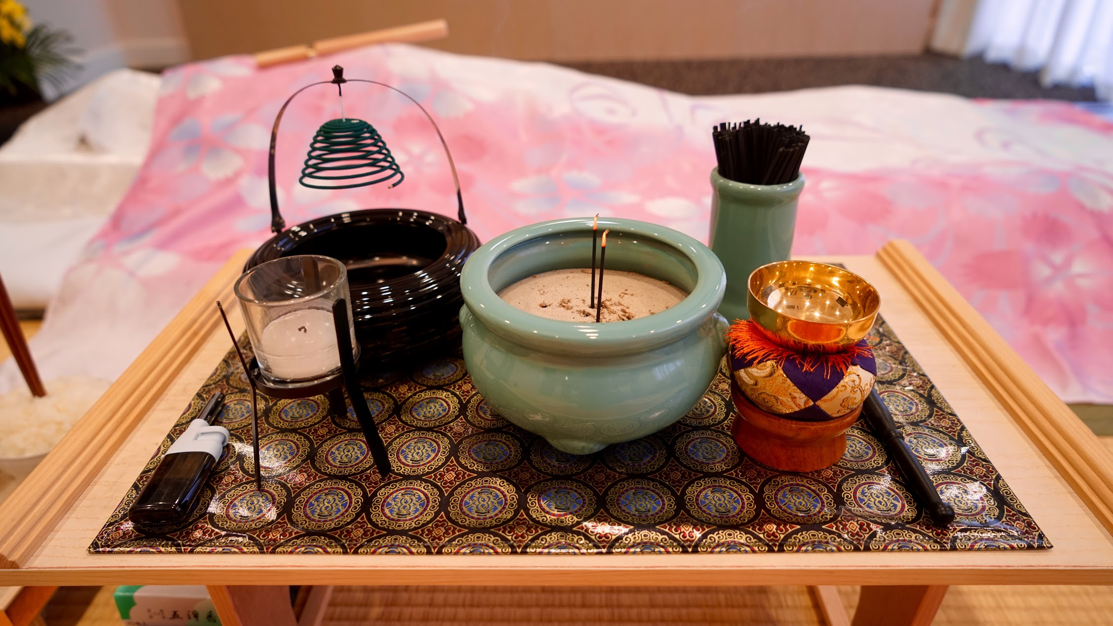 忘れがちな焼香の正しいマナーを解説!親族や関係者の順番もご紹介のサムネイル画像
