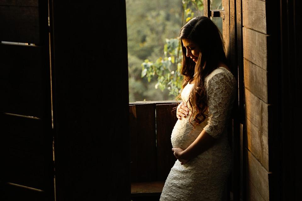 妊婦は葬式に参加していいの?「鏡」を持っていくのは何のため?のサムネイル画像
