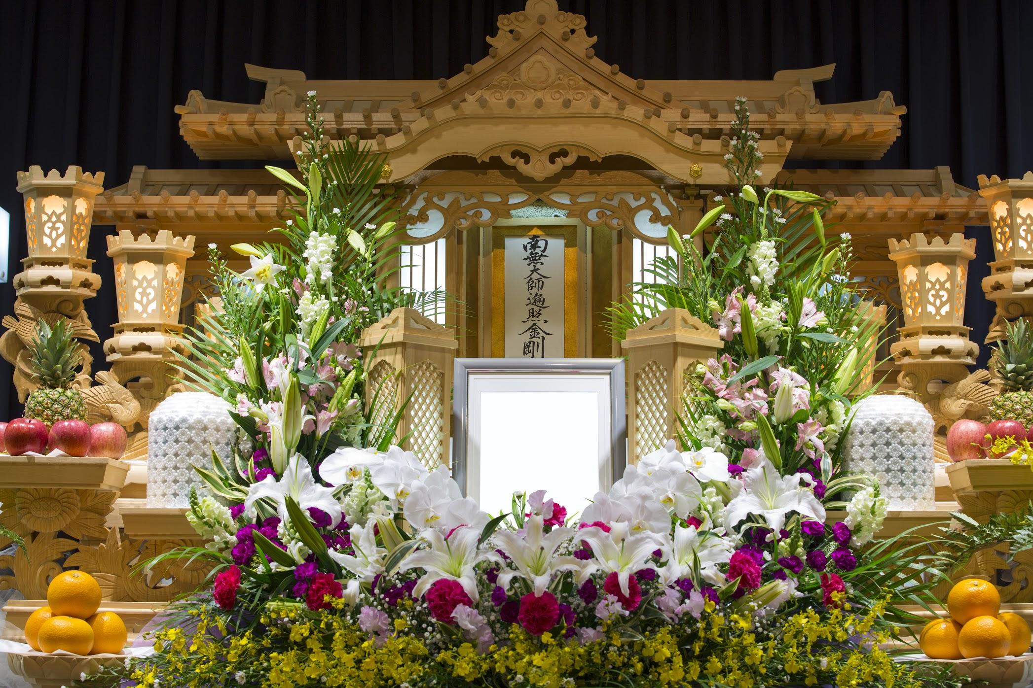 葬儀の祭壇の種類や値段は?種類別の花の並べ方やお供え物もご紹介のサムネイル画像