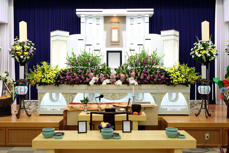 【葬儀のマナー】花籠と供花の違いや相場・贈るタイミングを徹底解説のサムネイル画像