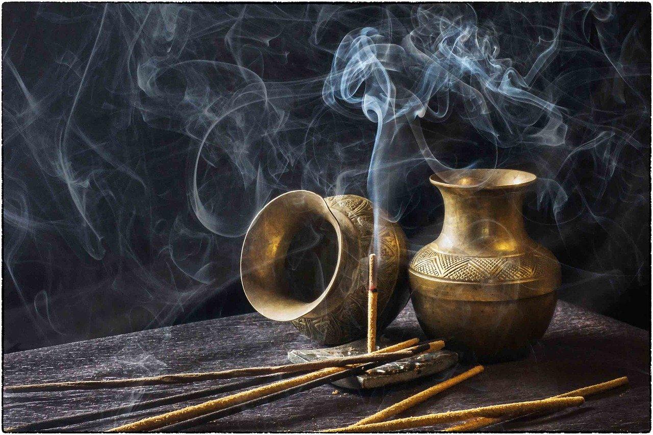 仏具としての香炉の使い方とは?最近は日常生活に取り入れる場合ものサムネイル画像