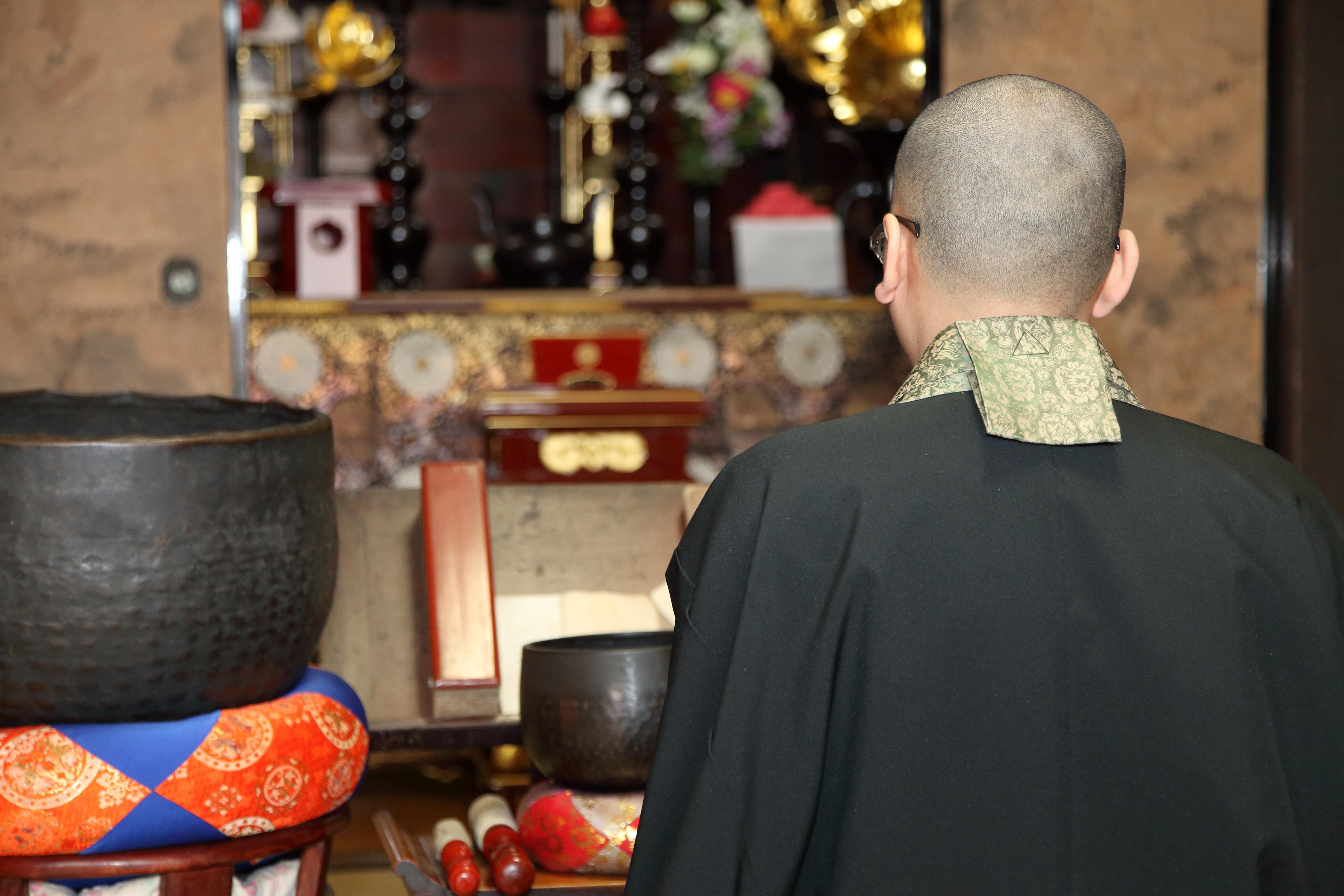 仏壇の扉は閉じる?開ける?仏壇の扉に関する疑問にお答えします!のサムネイル画像