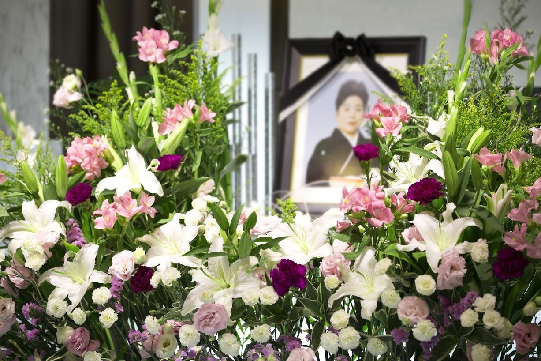 弔う気持ちを伝えるお花代|お花代の相場と包み方から渡し方まで解説のサムネイル画像