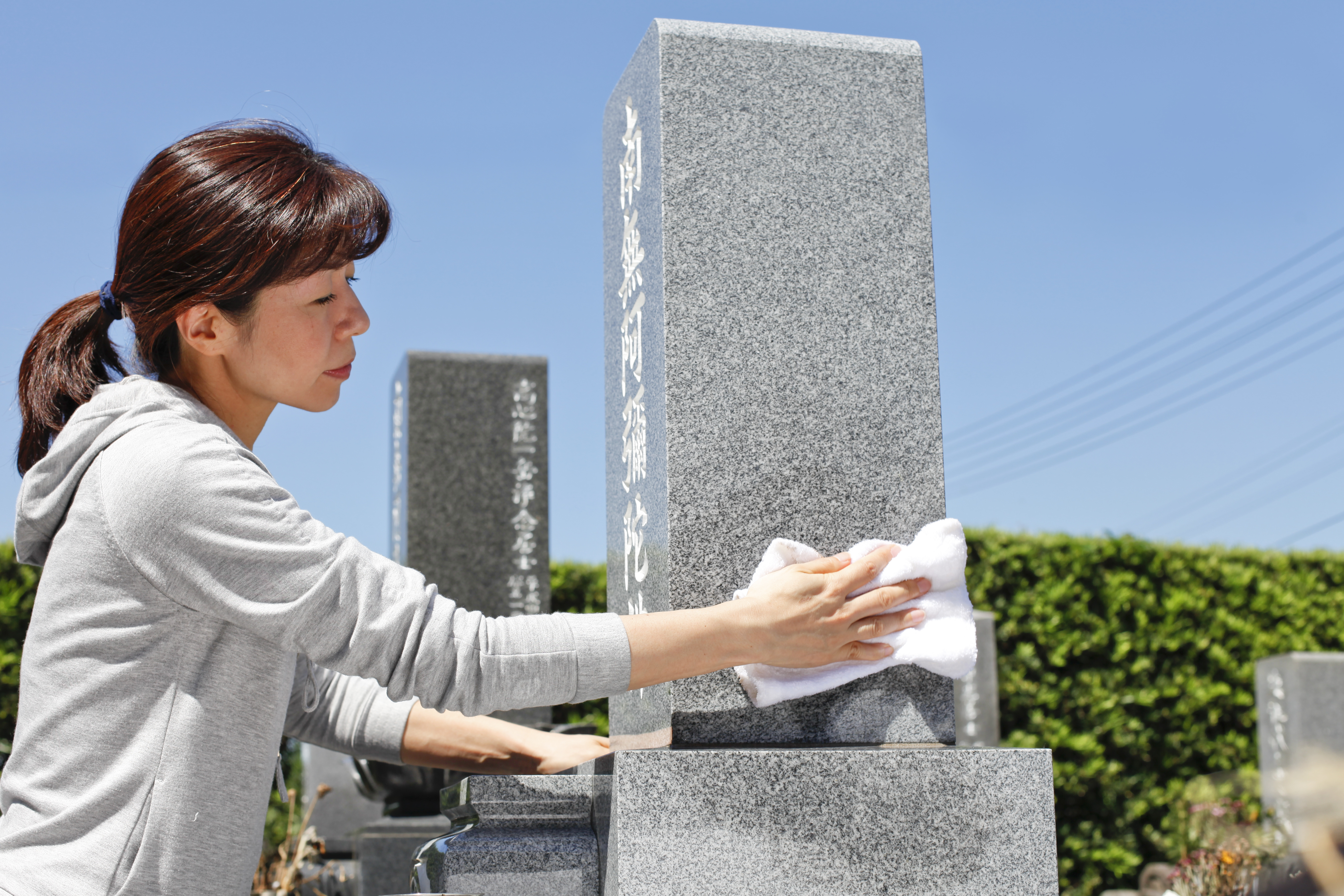 墓掃除の正しいマナー|頻度や時期・やってはいけないことをご紹介のサムネイル画像