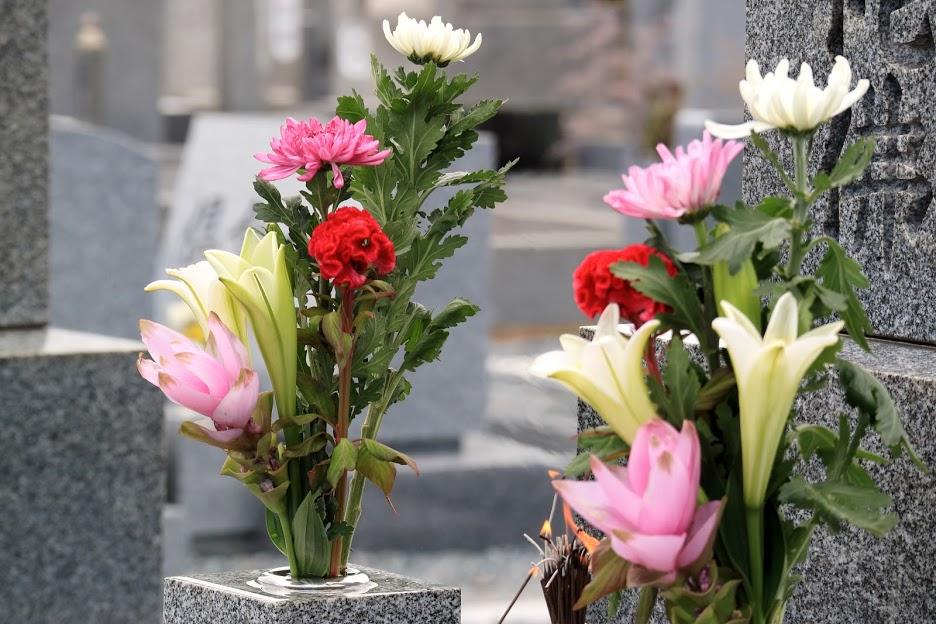 お墓にお供えするお花は造花でも大丈夫?メリットやデメリットも紹介のサムネイル画像