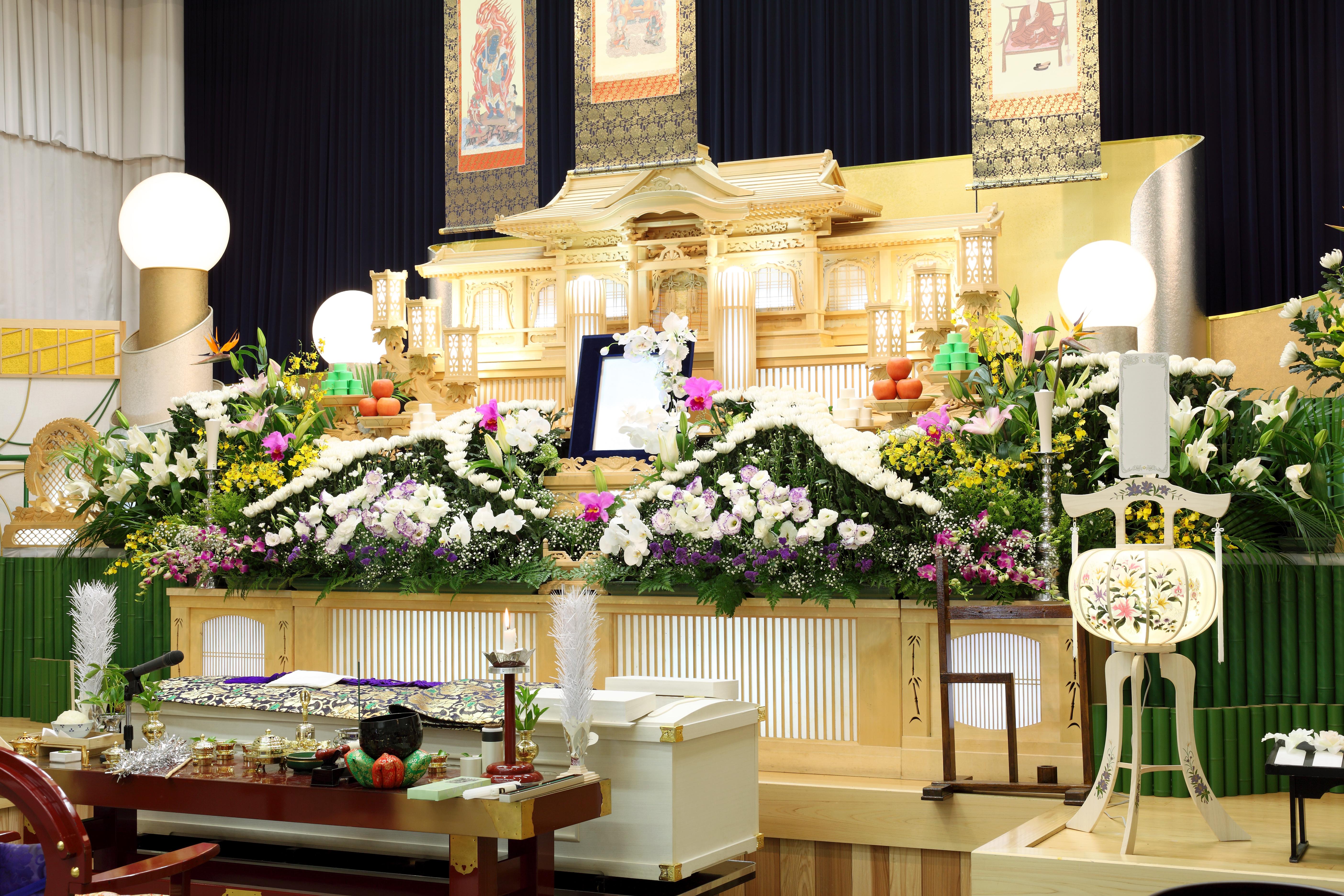【葬儀】火葬場までの流れ 出棺から参列・骨拾いでのマナーを解説のサムネイル画像